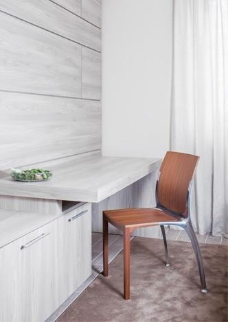 Stapelbarer design stuhl aus holz und aluminium h18802 for Design stuhl holz